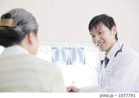 1077791 医療 シニア 医師の写真 画質確認    医療 シニア 医師の写真素材 [107