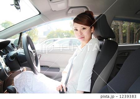 運転席に座る女性 1239383  運転席に座る女性  サムネイル表示に戻す 画質を確認 運転席