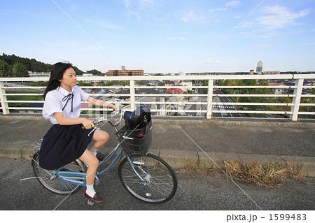 自転車をこぐ女子高生の写真 ...