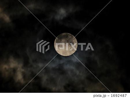 雲間から覗くお月様(満月) 1692487 雲間から覗くお月様(満月)の写真素材 [169248