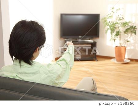 テレビを見る男性 2198260 テレビを見る男性の写真素材 [2198260] - PIXTA