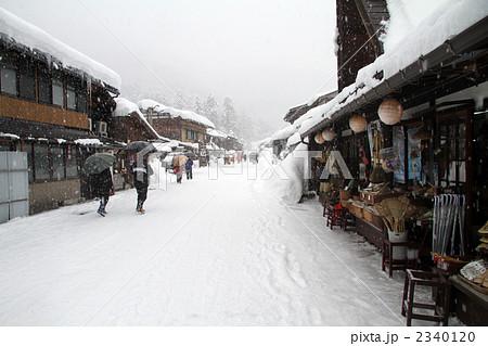 街道 积雪 茅草屋顶的村落-图片素材 [2340120]