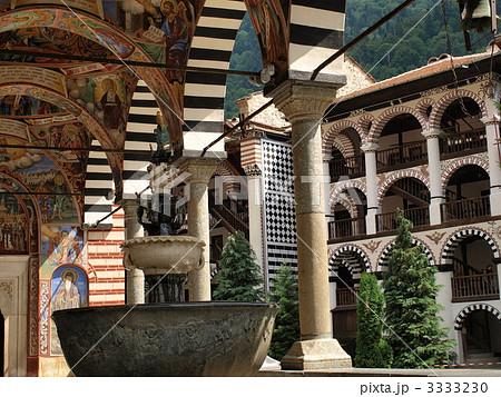 世界遺産「リラ修道院」の噴水とフレスコ画(ブルガ... 世界遺産「リラ修道院」の噴水とフレスコ画