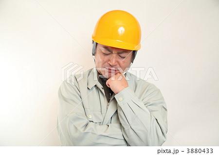 悩む作業員 3880433  悩む作業員 画質確認    悩む作業員の写真素材 [3880433
