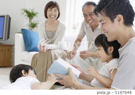 寛ぐ三世代家族 5197048  寛ぐ三世代家族  サムネイル表示に戻す  寛ぐ三世代家族の写真