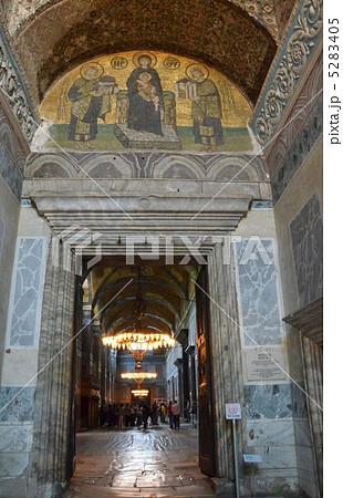 写真素材: アヤソフィアの側廊入口、聖母子にアヤソフィアを捧げる皇帝のモザイク画