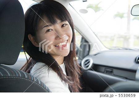 助手席に座る女性 助手席に座る女性 助手席に座る女性   助手席の写真・イラスト素材