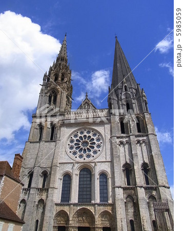 シャルトル大聖堂 出典:pixta.jpシャルトル大聖堂    ここは欠かせない!フランスの観光