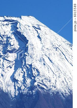 照片: 年贺背景素材富士山山顶右稜线アップ縦位置ハガキ対応比