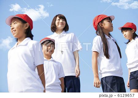体操服姿の小学生と先生 6129657  体操服姿の小学生と先生  サムネイル表示に戻す  体操