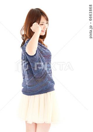 振り向きながら髪をかき上げる若い女性 6663868  振り向きながら髪をかき上げる若い女性
