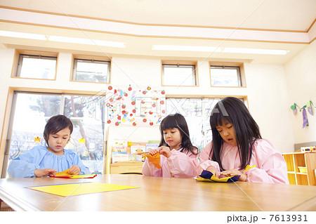 折り紙を折る幼稚園児 7613931