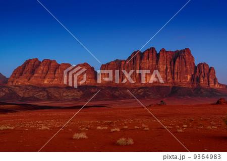 薄明時のヨルダンの砂漠(ワディ・ラム) 9364... 薄明時のヨルダンの砂漠(ワディ・ラム)の