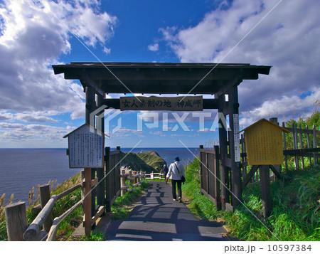 神威岬 女人禁制の門と神威岬灯台 10597384  神威岬 女人禁制の門と神威岬灯台 画質確認