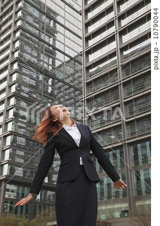 垂直 フルスーツ 見上げるの写真 画質確認   垂直 フルスーツ 見上げるの写真素材 [1079