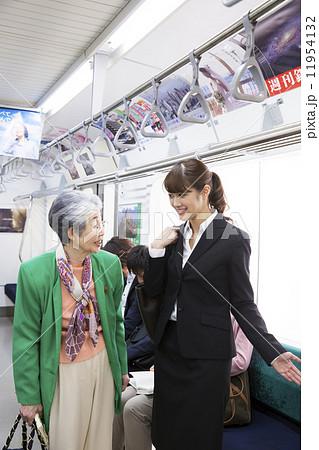 高齢者に席を譲る女性 高齢者に席を譲る女性 妊婦に席を譲る若い女性   優先席の写真・イラスト素