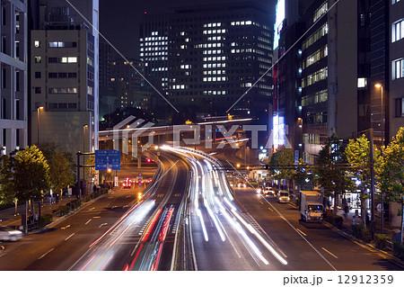 大都市東京 夜の幹線道路イメージ 自動車の光跡 ... 大都市東京 夜の幹線道路イメージ 自動車
