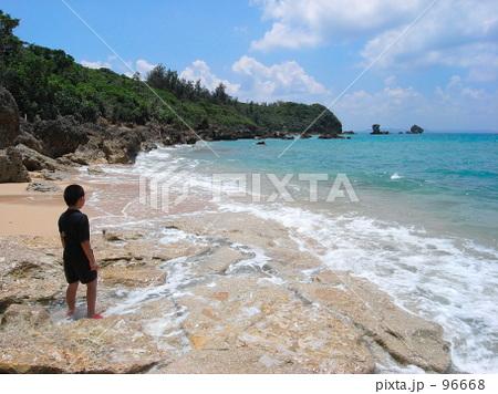 コバルトブルーの海を見る少年 96668