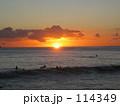 ワイキキビーチ夕日のサーファー 114349