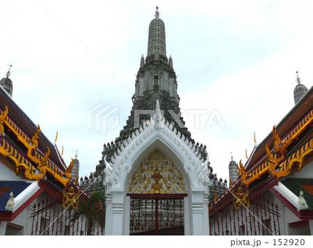 暁の寺院の門と塔 152920