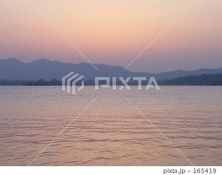 杭州、西湖の夕暮れ 165419