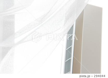 窓辺の扇風機 縦型   |写真素材| 294044