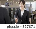 若い女性 握手 ビジネスウーマンの写真 327871