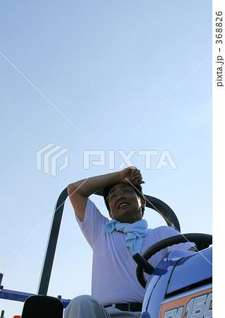 ワーク 農業 トラクター 汗をぬぐう 368826