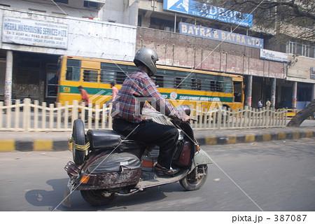 スクーターで走るインド人 387087