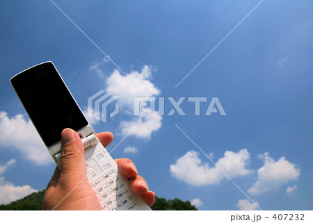 携帯を持つ手と空と山 画面映りこみ無し (新:再) 407232