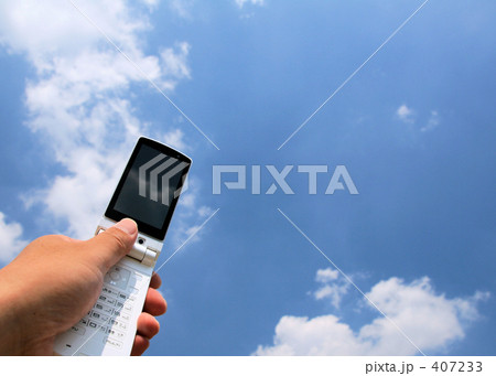 空と白い雲と白い携帯 画面映りこみ有 (新:再) 407233