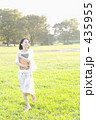 草原を歩く女性 435955