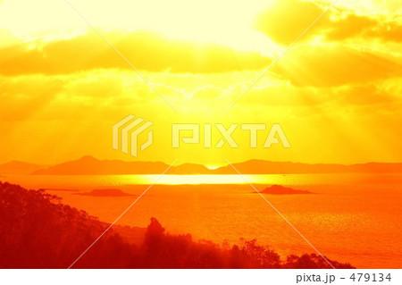 雲の間から太陽光線が射している 479134