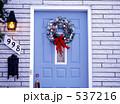 青いドアのクリスマスリース 537216