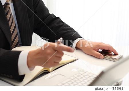 ミドル オフィスワーク パソコンを指さす 556914