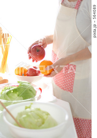 キッチン サラダ料理を作る日本人女性 564089