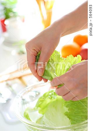 キッチン料理 ボールの野菜を調理する女性の手 6 564093