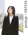 若い女性 スーツ 女の写真 587234