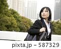 若い女性 スーツ 女の写真 587329