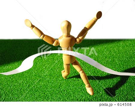マラソンでゴールテープを切り、ばんざいをするモデル人形。 614508