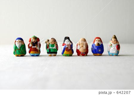 一列に並んだ七福神 642207