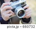 フィルムカメラを持つ女性の手 660732