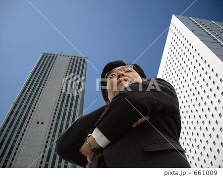 ミドル ビジネス ビル街に立つ男性ミドル ビジネスマン 661009