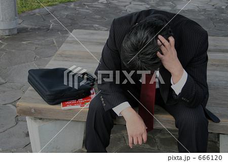 ベンチに座って悩む中年男性 666120