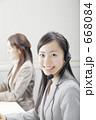 ビジネスウーマン 若い女性 スーツの写真 668084