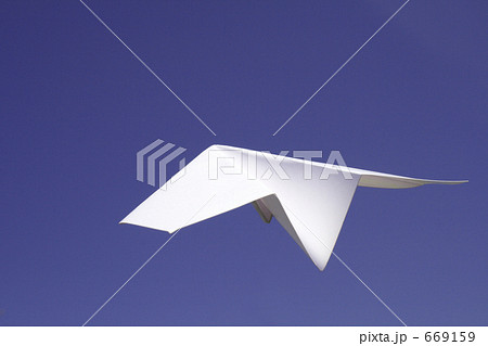 上昇する紙飛行機 669159