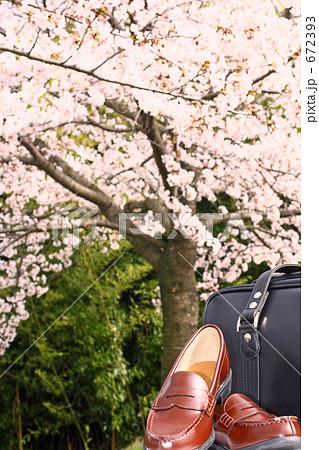桜と進学イメージ 新しい靴とカバン 672393