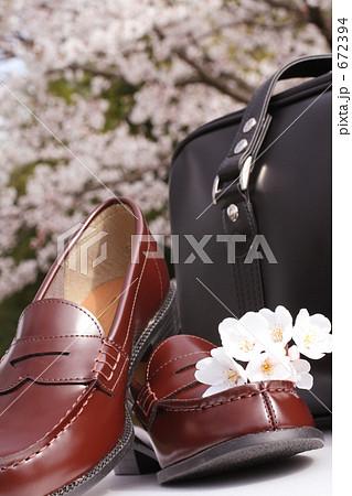 桜と進学イメージ 新しい靴とカバン 672394