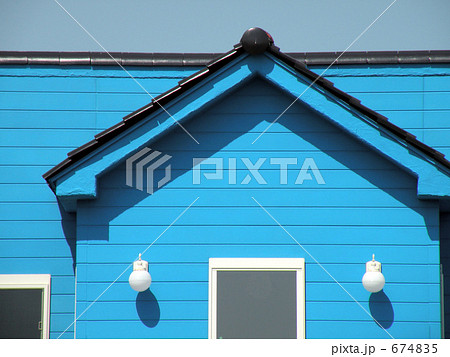 青い壁の家 674835