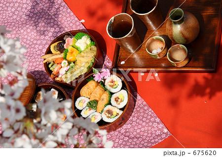 お花見 弁当 丸い三段重箱とソメイヨシノ 675620